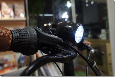 自転車の 自転車 ライト usb給電 : 自転車で、USB用電源を発電し ...